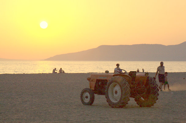 Three of the great features of the region in one shot: beaches, sunsets, and tractors.